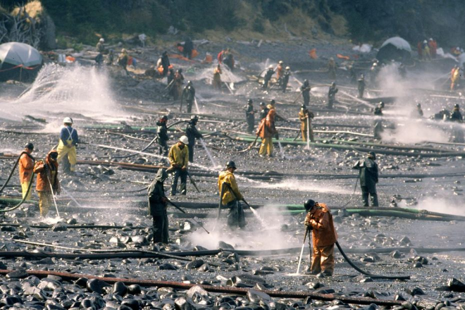 Workers cleaning up Exxon Valdez spill